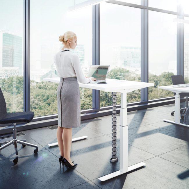 Регулируемый по высоте стол